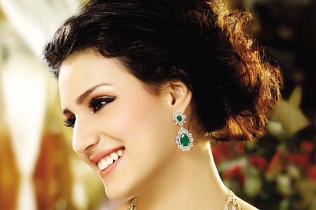 Very-beautiful-women-wearing-earrings-2